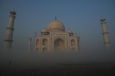 霧中のタージ・マハルは神秘的だ