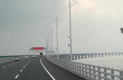 出来たばかりの港珠澳大橋を渡ってマカオへ!全長55kmの海上橋をバスで通行中です!!