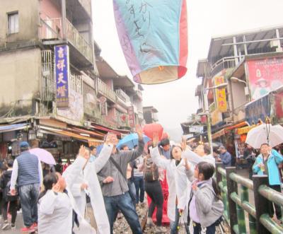 ➊2回目の台湾 十分で天燈 雨空に高く上がれ!