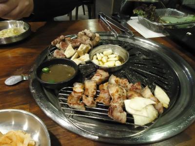 2018年越しソウル 食べてばかりの旅2 大満足のオギョプサル(豚の三枚肉に皮の層まで加えた五枚肉)