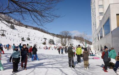 三世代で巡るスキー旅行初日 苗場スキー場は新雪快晴