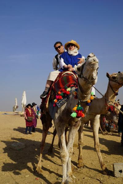 Wonder one dollar! HISエジプト8日間の旅(20)クフ王のピラミッドパワーを得た後はラクダの背に揺られ、太陽の船に驚嘆して、ピラミッドとキスをしてカイロ空港へ急ぐ。