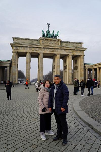 中欧4か国周遊のツアーをクリスマスマーケット巡りとして楽しむ。(1)ツアーバスに乗ってベルリン市内を2時間で走り抜けるも、ベルリンの壁とブランデンブルグ門に感動する。