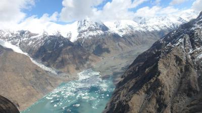 キルギス・アドベンチャー(8)ヘリから眺める天山山脈と南イニルチェク氷河