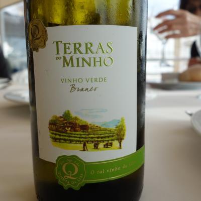 ナザレのランチは「緑ワイン」とタコ料理。おいしかった。