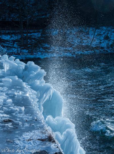 奥日光冬の風物詩 ~中禅寺湖のしぶき氷~
