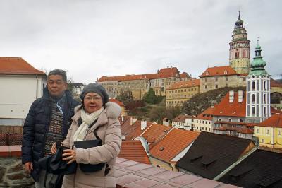 中欧4か国周遊のツアーをクリスマスマーケット巡りとして楽しむ。(6)チェスキー・クロムロフのエッゲンベルグ醸造所でビールとマス料理に舌鼓み。