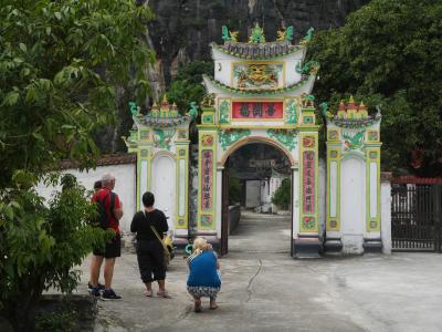 ニンビンの世界遺産地区をプチ散歩2 トゥエットティンコック 360度 山に囲まれた谷。バンロン洞窟寺 謎のお寺をリベンジ見学。