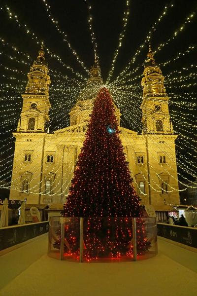 中欧4か国周遊のツアーをクリスマスマーケット巡りとして楽しむ。(12)王宮の丘のヒルトンにくつろぎ、ゲッレールドの丘の夜景を楽しみ、聖イシュトヴァーン大聖堂のマーケットと最後のディナーを楽しむ。