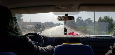 ボコボコの田舎道…