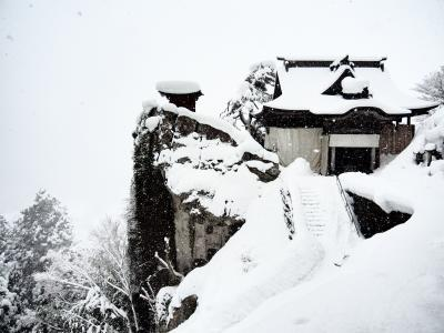 まるで水墨画 雪の山寺に登る