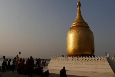 ヤンゴンから夜行バスでバガンに…   バガンで仏塔巡り