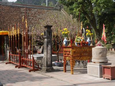 ニンビンの世界遺産地区をプチ散歩3 テト(旧正月)の初詣 壹柱寺 ばあさまにお年玉をあげる(*_*)/ 黎大行廟 前黎朝の初代皇帝 Le Dai Hanh の廟を見学する。