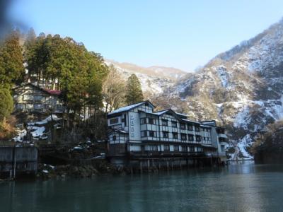 庄川遊覧船に乗って今夜のお宿。秘湯として知られる一軒宿大牧温泉観光旅館へ。