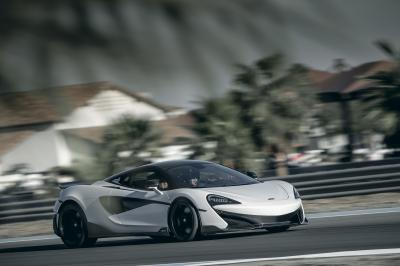米国でハイパーカーを運転する1 McLaren 600LT Competition