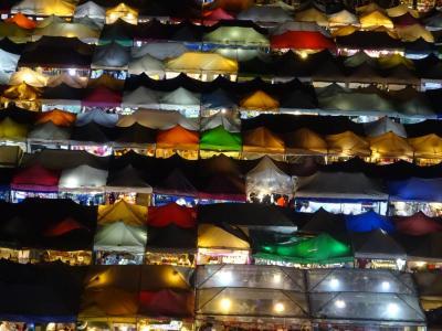 バンコク旅行「鉄道市場(タラートロッドファイ・ラチャダー)」の絶景スポット