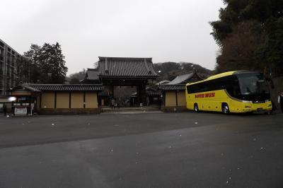 小雪の建長寺門前