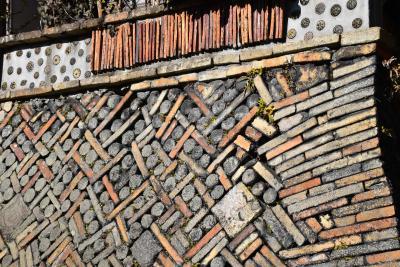 陶磁器の歴史を語る「窯垣の小径」~幾何学模様の塀や石垣~(愛知県瀬戸)