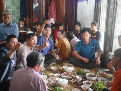 ベトナム、ニンビンで、謎のパーティーに参加する。 なんなのじゃ(*_*)!? ベトベト軍を撃破する(=_=)///ふふふ。 その後、ベトベト国の最終兵器 Su Tu Ha Dong スー トゥ ハ ドンを目にし、ワレ、降伏セリ(T_T)/