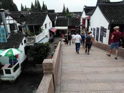 白と黒のモノトーン・水墨画のような街並み広がる 上海の秘境「朱家角」へ & 上海の夜景鑑賞☆ Peach 深夜便で行く 上海ひとり旅 その2