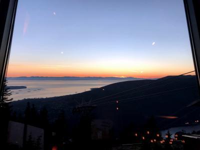 バンクーバー4日目 その2 グラウスマウンテンへ 山頂レストランにて夕日と夜景を鑑賞