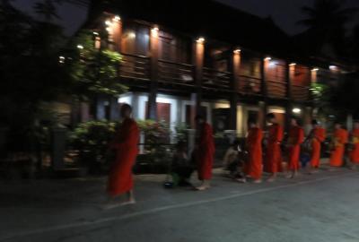 2019早春、ベトナムとラオスの旅(8/28):2月14日(1):ルアンパバーン(5):暗い内からの托鉢、全員裸足の托鉢、大乗と小乗仏教