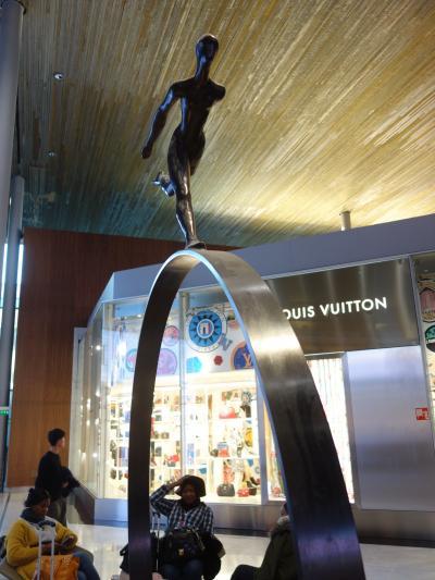 パリCDG空港内の時間つぶし。お店がいっぱいですね。