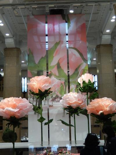 日本橋高島屋本館のフロントの飾りつけを見る