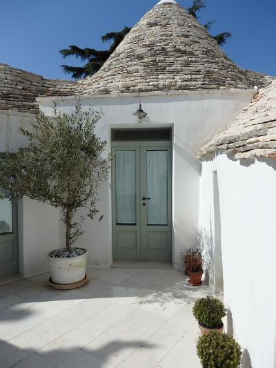 """白壁に円錐形の石積み屋根を載せた""""トゥルッリ""""の景観 まずは.. 道のりと、アルベロベッロの宿のインテリアを"""