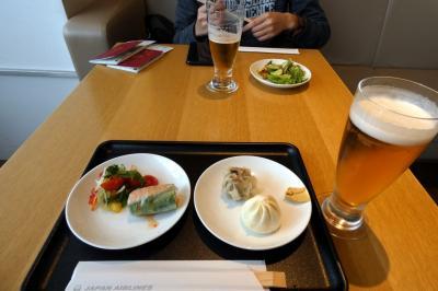 02.長男と行くハワイ3泊 成田空港 JALサクララウンジその1 ダイニングエリア 美味しいお料理とお酒を楽しみます