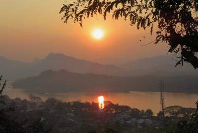 2019早春、ベトナムとラオスの旅(16/28):2月14日(9):ルアンパバーン(13):プーシーの丘からの夕日鑑賞、メコン川に写る夕日