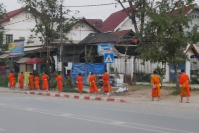 2019早春、ベトナムとラオスの旅(19/28):2月15日(1):ルアンパバーン(16):泊まったホテルの前の托鉢光景、メコン川クルーズ