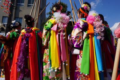 鹿島神宮の祭頭祭~この地方に春を告げる祭りの華は、祭頭囃し。原色を多用した衣装は鮮やかですが、棒を軽く打ち合わせるだけのゆるゆる集団で~す~