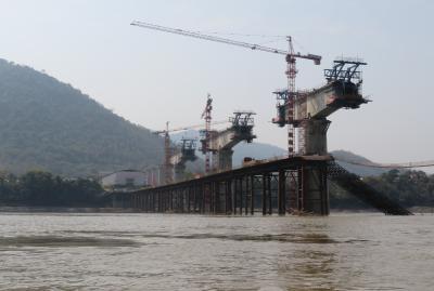 2019早春、ベトナムとラオスの旅(21/28):2月15日(3):ルアンパバーン(18):メコン川クルーズ、漁船、一帯一路政策の高架工事