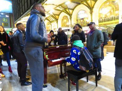 駅ピアノで合唱!!!!北京首都国際空港からパリ到着まで 2019年3月毎年行ってる南仏プロバンス+モンペリエ+ヴィルヌーヴ=レザヴィニョン+ボーケール 8泊10日 1人旅(個人旅行)2