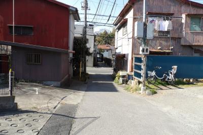 JR北鎌倉駅上りホーム沿いの裏小路