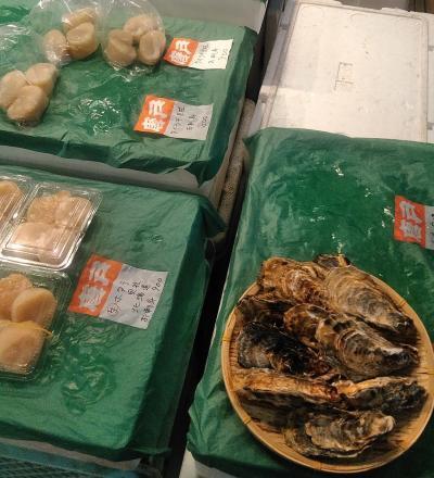 唐戸市場で生の牡蠣とタイラギの貝柱を買ってくる
