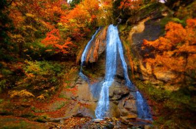 紅葉の滝めぐり橋わたり。山形紅葉川渓谷と秋の温泉めぐり。