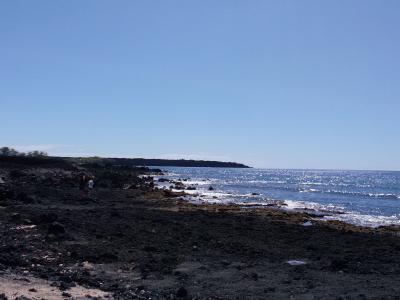 南マウイのリゾートビーチの果ては溶岩台地!