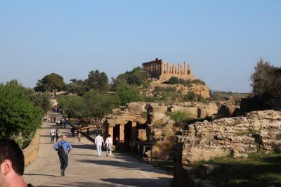 シチリアのアグリジェントAgrigentoにある神殿の谷、アーモンドの花が満開のギリシャ神殿群