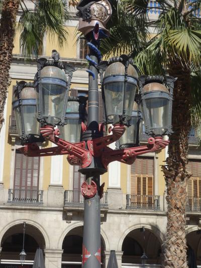 バルセロナを歩く (1.14) レイアール広場でガウディの街灯をみる。ここは危険地区だった。
