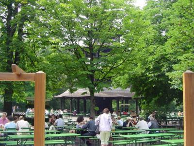 ミュンヘン英国庭園の中国塔ビアガルテンでホフブロイの樽生をぐびぐび!
