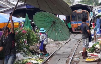 バンコク穴場ローカル紀行 マハチャイの線路市場&シーフード
