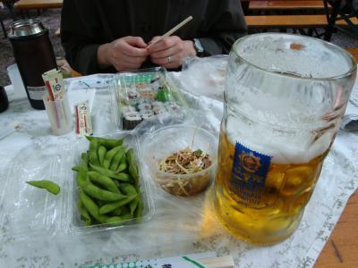 4度目のアウグスティナーケラーは手慣れたもので巻き寿司など酒肴を持ち込んでエーデルシュトフぐびぐび!