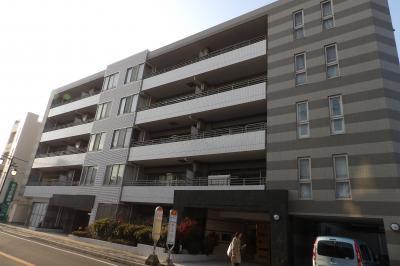 由比ガ浜通りにある5階建てマンションと4階建てホテル