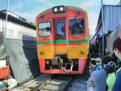 """弾丸タイ1901 「線路上に広がる""""折り畳み市場""""を訪れました。」  ~メークローン~"""