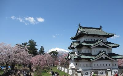 弘前城は桜と岩木山の雪がベストマッチ