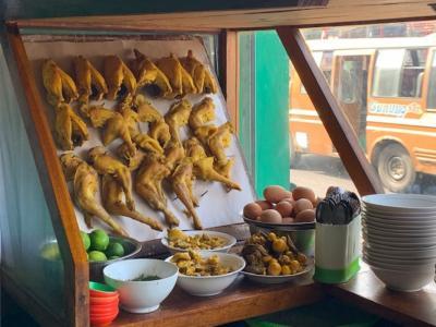 ローカルに人気の「ソトアヤム(soto ayam)鶏肉のスープ」店
