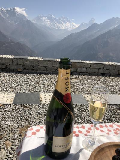 ヒマラヤ標高4250メートル、エベレストにシャンペンで乾杯!