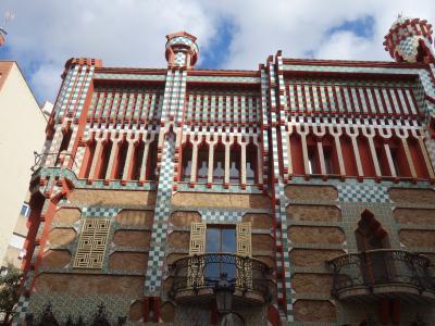 バルセロナを歩く (4.1) ガウディの処女作「カサ・ビセンス」を見に行く。赤い色が意表をつく。